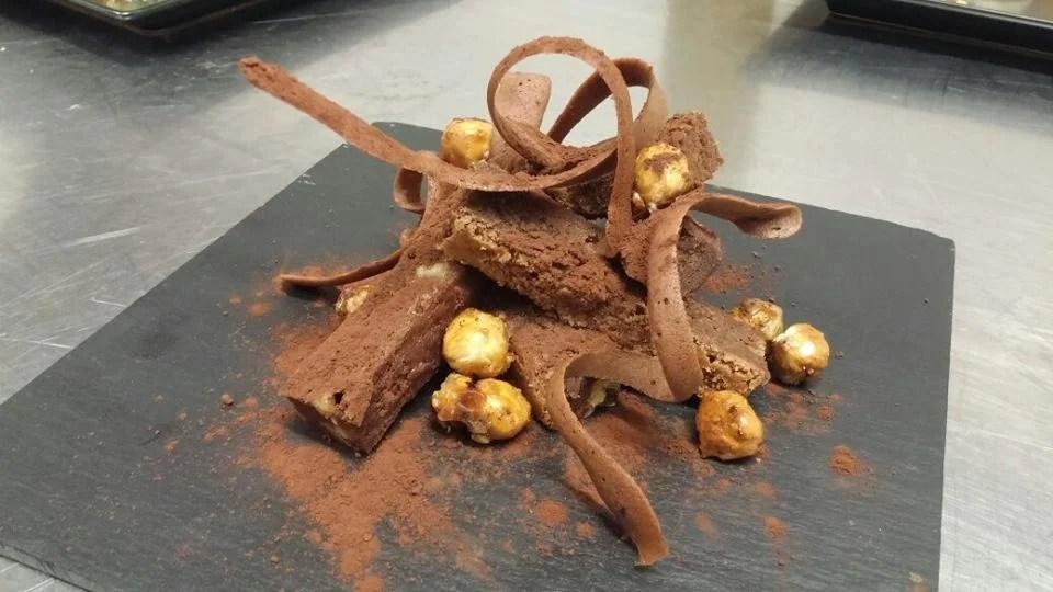 Brownie con crujiente de cacao y avellanas caramelizadas