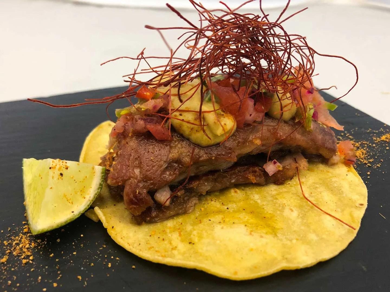 Taco de cordero con guacamole y pico de gallo