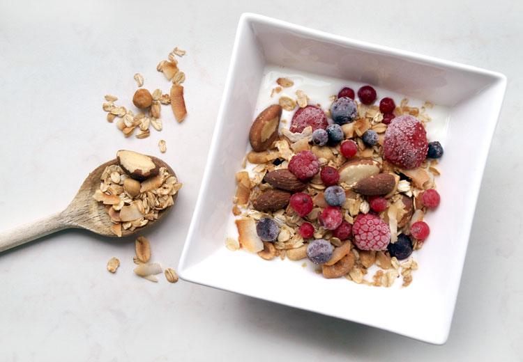 Kwark met zelfgemaakte granola en bosvruchten