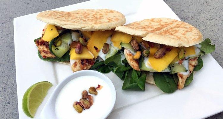Pita met gegrilde kip, mango en veldsla
