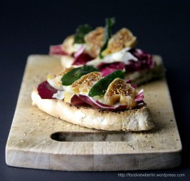 Ciabatta with Scamorza, figs and sage