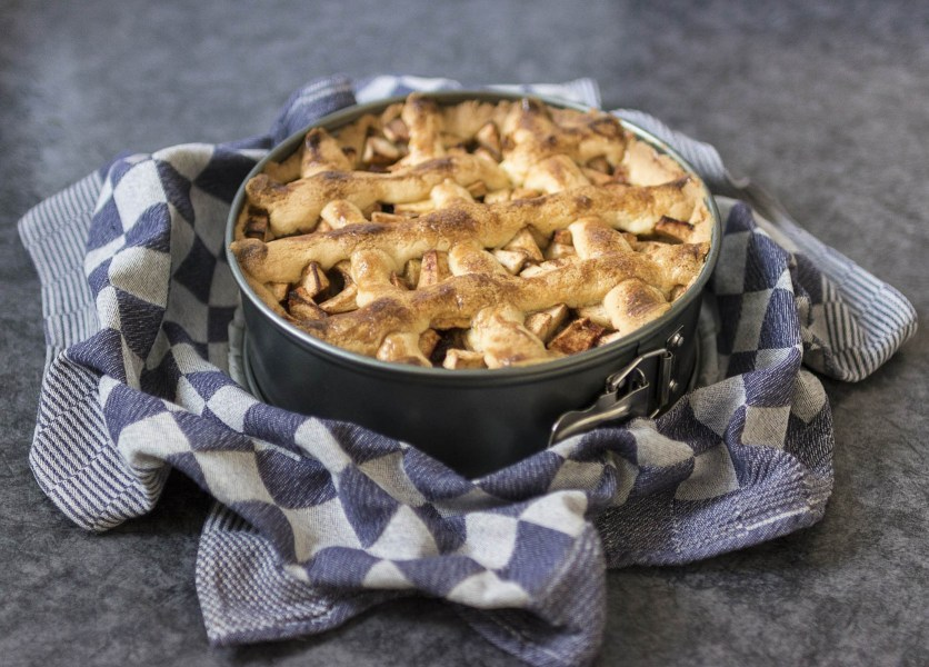 Apple pie for Thanksgiving meal | Thanksgiving Turkey and Wine Pairings | foodwithaview.com