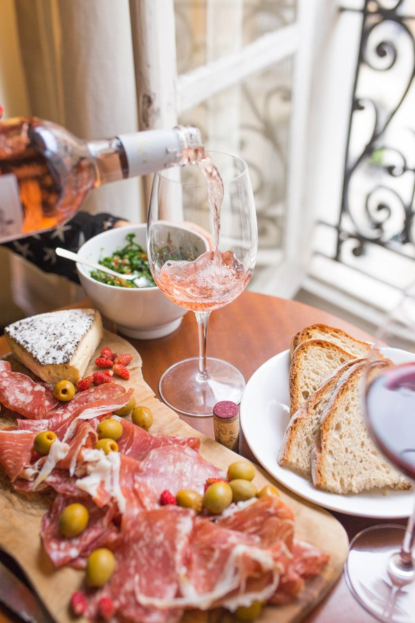Sparkling Rose and appetizers on Thanksgiving day | Thanksgiving Turkey and Wine Pairings | foodwithaview.com