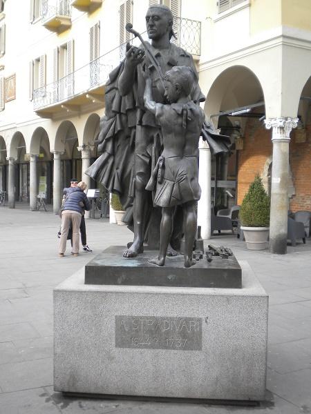 Stradivarius statue