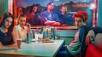 Riverdale -- Image Number: RVD_KeyArt_1.jpg -- Pictured (L-R): Camila Mendes as Veronica, Lili Reinhart as Betty, Ashleigh Murray as Josie, Cole Sprouse as Jughead, Madelaine Petsch as Cheryl and KJ Apa as Archie -- Photo: The CW -- © 2016 The CW Network. All Rights Reserved.