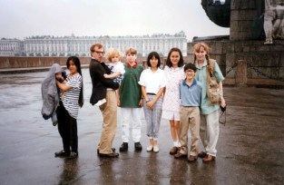 Woody Allen and Mia Farrow In Leningrad With children Satchel, Lark, Dylan, Fletcher, Daisy And Soon Yi, Moses. Credit: 1605726Globe Photos/MediaPunch /IPX
