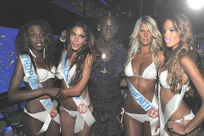Mario Balotelli pictured surrounded by beauties in Saint-Tropez