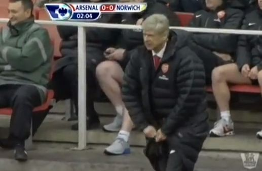 Arsène Wenger's coat zip gives the Arsenal manager trouble again