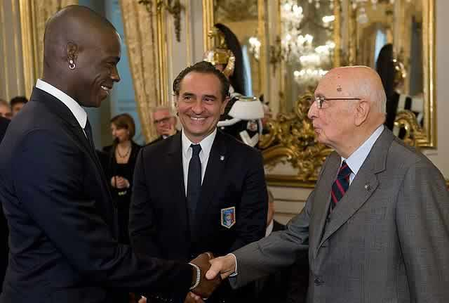 Mario Balotelli can't put on his shorts, but did meet Giorgio Napolitano