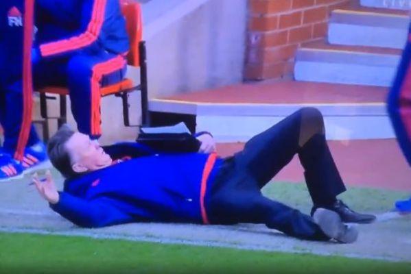 Louis van Gaal dives during Man Utd's 3-2 win over Arsenal