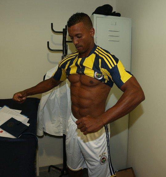 Накаченные мышцы футболиста Нани