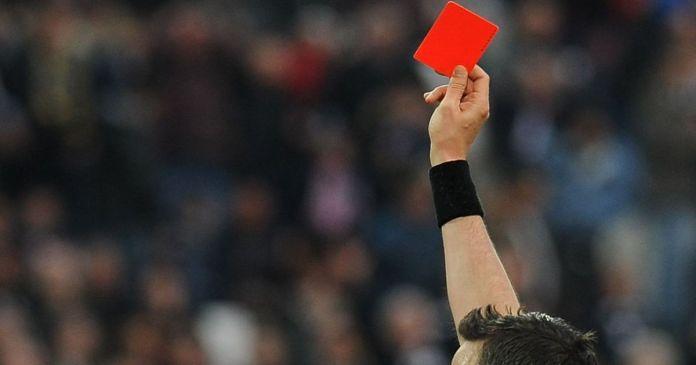 Судья показывает красную карточку