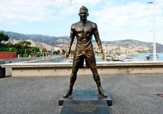 Статуя Роналду в Португалии фото
