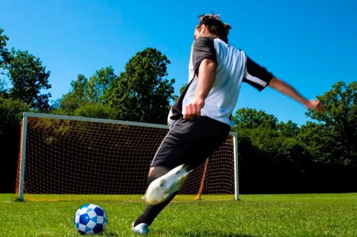 Удар подъемом по мячу в футболе
