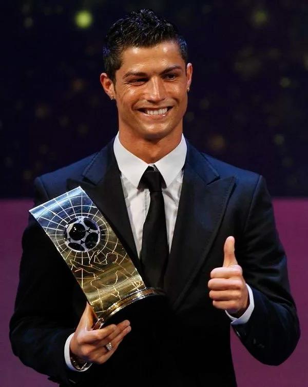 Награда лучшему игроку Роналду