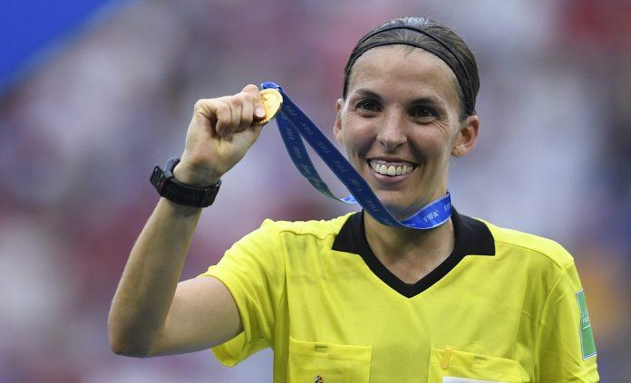 Stéphanie Frappart a écrit l'histoire en devenant la première femme à arbitrer un match de Ligue des champions masculin (Juventus-Dynamo Jiev).