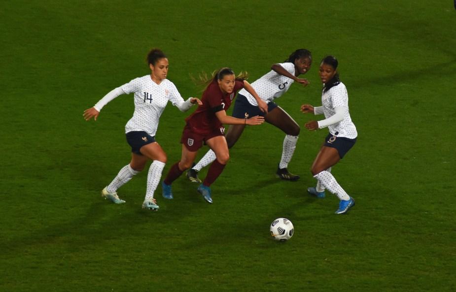 Fran Kirby s'échappe face à trois joueuses françaises lors de France-Angleterre le 9 avril 2021. Elle marque le seul but de son équipe ce soir-là. ©Jérôme Flury