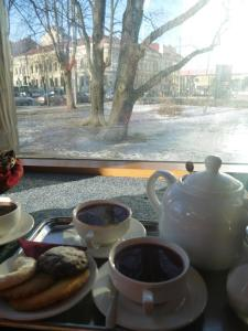 Delightful way to spend a snowy afternoon - drinking tea and people watching with good mates..
