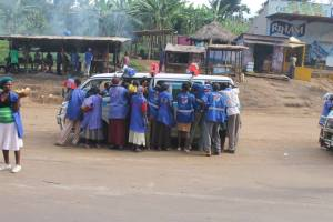 A typical sight when a matatu (bus) pulls up – never a shortage of food or drink to purchase..!