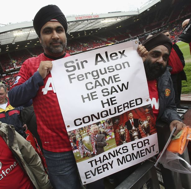 Manchester-United-fans-hold-up-banners-thanking-Sir-Alex-Ferguson.png