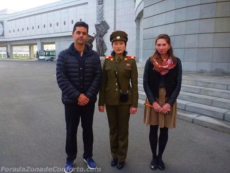 Guia Norte Coreana soldado feminina