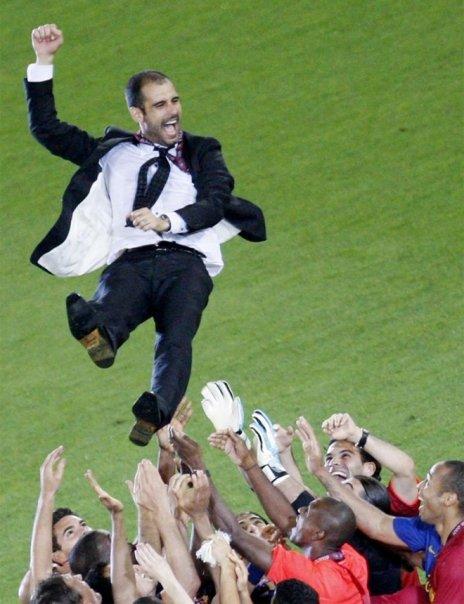 Els jugadors en un moment d'eufòria i amb cares de ràbia agredeixen a Guardiola i l'intenten fotre fora de l'estadi a empentes