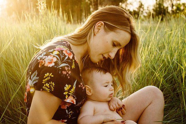 Pegar (ou não) no bebé ao colo afeta o seu DNA!