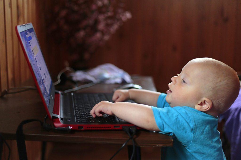 Como limitar o acesso, do seu bebé, a ecrãs?