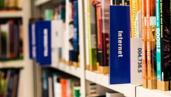 Libros en la estantería de una biblioteca
