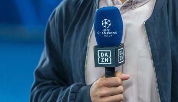 Reportero con un micrófono en la mano