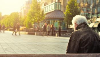 Señor mayor sentado en un banco