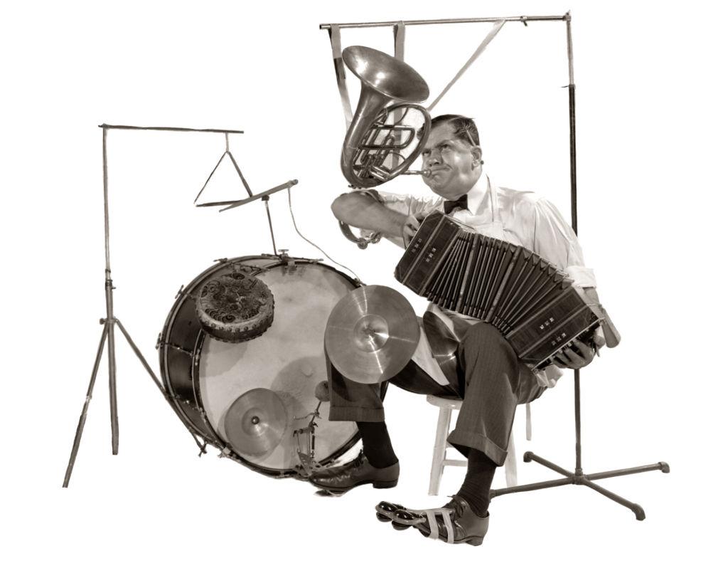 Un hombre toca varios instrumentos a la vez. Foto: H. Armstrong Roberts/ClassicStock/Getty Images
