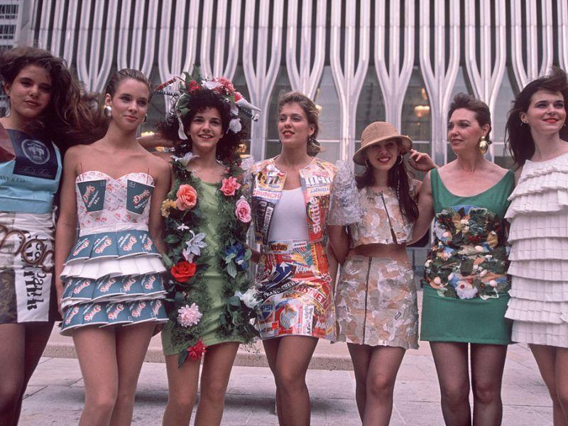Trajes hechos con materiales reciclables para el Día de la Tierra (17 de abril de 1990) en el World Trade Center (Nueva York). Foto: Allan Tannenbaum/Getty Images