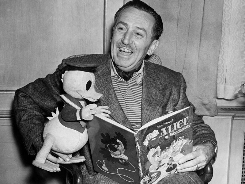 El productor de cine Walt Disney con un pato Donald de juguete leyendo Alicia en el País de las Maravillas, 1951. Foto: Hulton-Deutsch/Getty Images