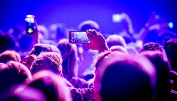 Asistentes a un concierto toman fotografías y vídeos con sus teléfonos móviles. Foto: Ollie Millington/Redferns/Getty Images
