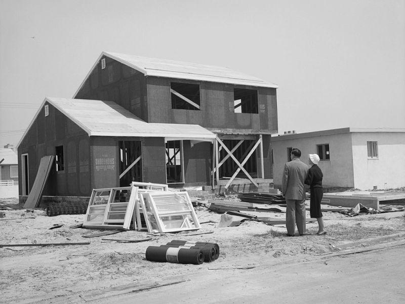 Un hombre y una mujer observan una casa en construcción. Foto: Lambert (Getty Images)