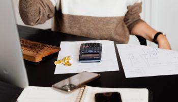 Declaración de la renta. Cuentas. Calculadora. Ordenador. Foto: Karolina Grabowska (Pexels)