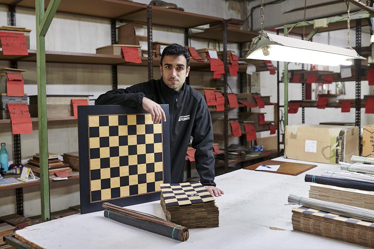 David Ferrer, gerente de Rechapados Ferrer, posa en exclusiva para el objetivo de 'Forbes' en el taller ubicado en La Garriga (Cataluña). Foto: Èric Altimis.