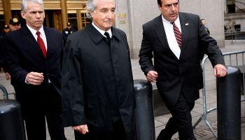 Bernie Madoff tras declararse culpable de estafa en el año 2009. Getty Images.