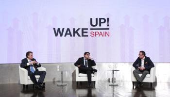 A la izquierda el CEO de Vodafone España, Colman Deegan, y a la derecha el CEO de Orange España, Jean-François Fallacher, debaten en el evento 'Wake Up Spain' organizado por Llyc y 'EL Español'.