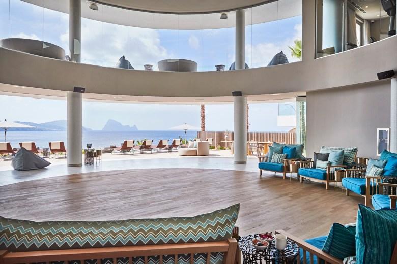 Rodeado de frondosos pinos y con vistas al mar, Pure Seven es el spa de 7Pines Resort Ibiza y el alma del complejo.