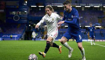 El futbolista del Real Madrid Luka Modric disputa un balón a Jorginho, del Chelsea, en un partido de la UEFA Champions League. Foto: Pedro Salado (Getty Images)