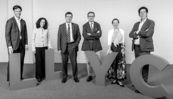 (De izq. a drch.) Luis Guerricagoitia, Carmen Muñoz, Arturo Pinedo, José Antonio Llorente, Luisa García y Jorge López Zafra de LLYC.