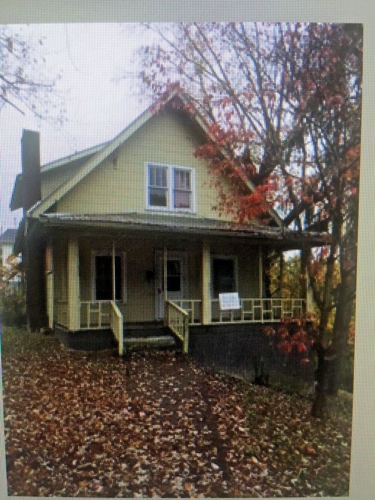 Home for Sell in Hazard Kentucky 4 BR on 2 lots adding up to 2.7 acres 5