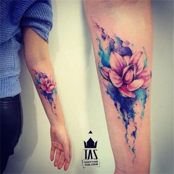 Tatuaje de brazo con acuarela Lotus Flower Design.