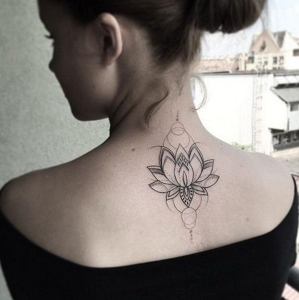 Flor de loto en la parte superior de la espalda para mujer.