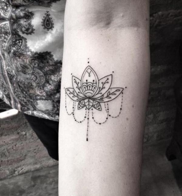 Flor de loto con tatuaje de joyería.