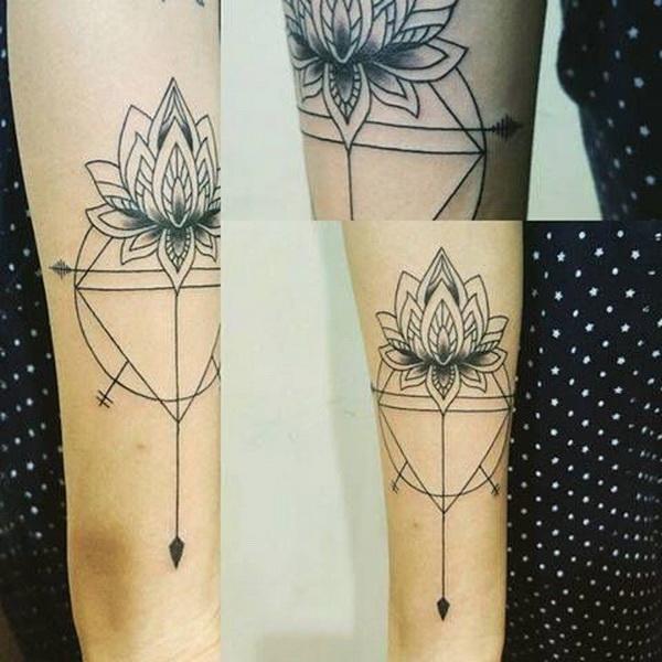 Tatuaje de loto geométrico.