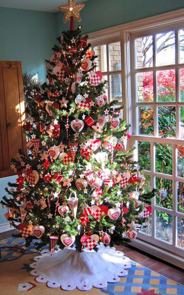 The most creative christmas tree ideas for your holiday for Christmas tree decorations you can make at home