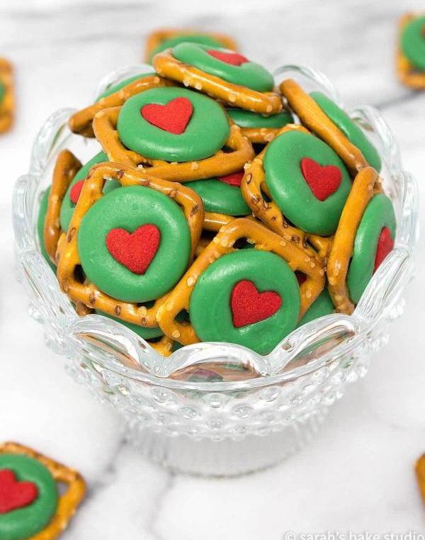 Quick and Easy Christmas Treat Ideas: Grinch Pretzel Bites.